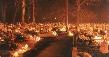 Illumination d'un cimetière en Pologne le 2 novembre