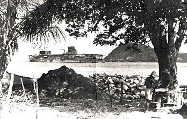 Porte-avions le Béarn en rade de Terre-de-Haut Mai 1941