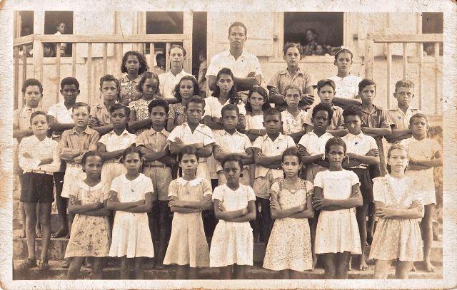 Terre-de-Huat : CM2 1947  Félix Foy est au 3ème rang, 3ème à partir de la gauche