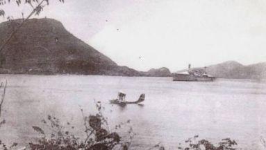 Navire de combat et hydravion en rade de Terre-de-Haut pendant la guerre