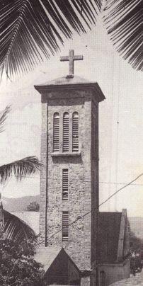 Le clocher de Terre-de-Haut, à l'image d'un phare breton, fierté du Père Offrédo