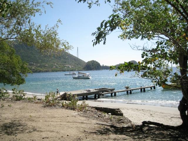 Ponton d'accès actuel et plage principale de l'Ilet à Cabris