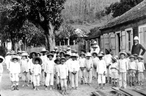 Écoliers devant les écoles. Début 20 ème siècle
