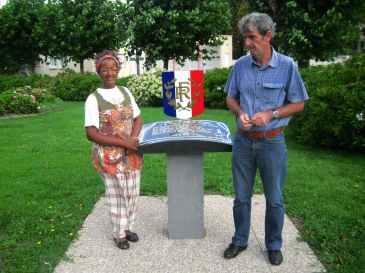 Christiane Mathos et le maire de Toulon sur Arroux entourant la stèle commémorative