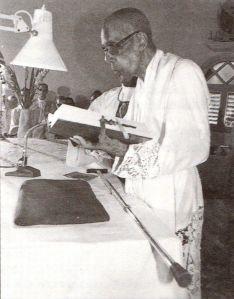 Une des dernières photos du Père Magloire officiant en l'église de Deshaies