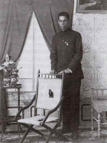 Georges Magloire, âgé de 22 ans, en tenue de séminariste