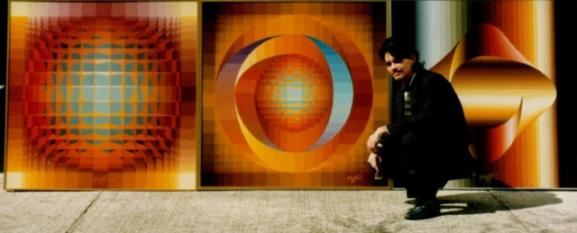 Bernard Bonbon devant quelques unes de ses œuvres