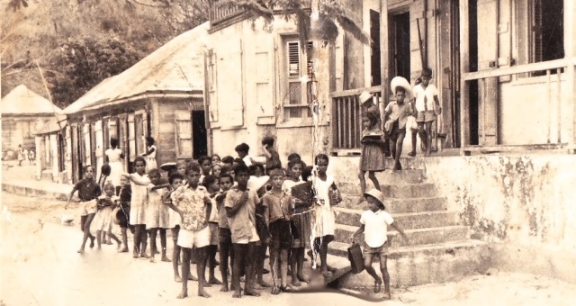 Sortie de classe aux Saintes - Années 50 - Archives Joyeux