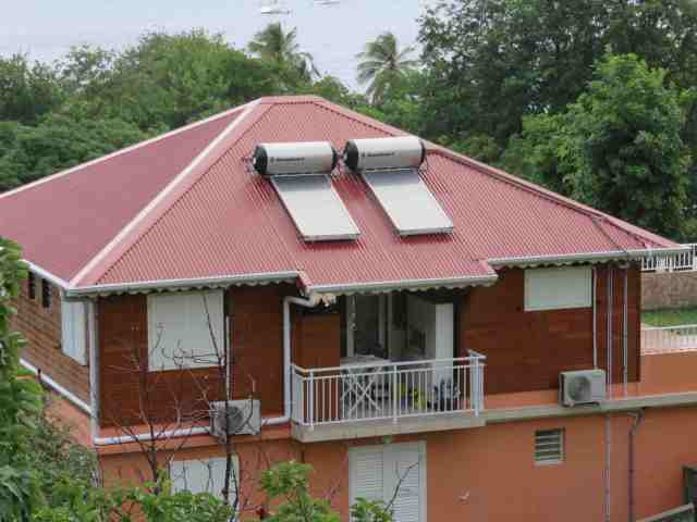 Maison de TDH équipée de chauffes-eau solaires- Ph. R.Joyeux