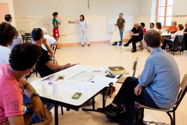 Commission participative circulation-stationnement. Par petit groupe, chacun énumère points faibles, points forts et proposition d'action concernant la circulation et le stationnement à Saillans.