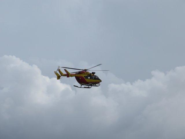 Hélicoptère d'évacuation sanitaire dans le ciel des Saintes. Ph R. Joyeux