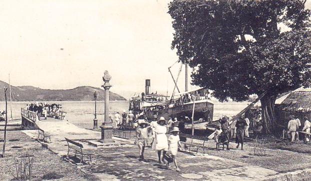 Arrivée de passagers et de ravitaillement aux Saintes pendant la guerre