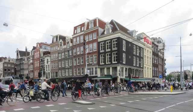 File de vélos à Amsterdam sur fond d'immeubles
