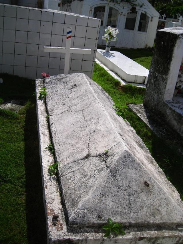 Tombe ancienne atypique au cimetière de Terre-de-Haut - Ph. R. Joyeux